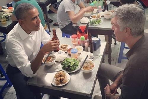 Ông Obama và đầu bếp Bourdain ngồi cùng bàn tại quán bún chả Hương Liên trên phố Lê Văn Hưu, Hà Nội.